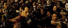 Na trama, o Homem-Morcego (Ben Affleck) e o Homem de Aço (Henry Cavill) entram em uma batalha épica. Estão no elenco Gal Gadot (Mulher-Maravilha) e Jesse Eisenberg (Lex Luthor).