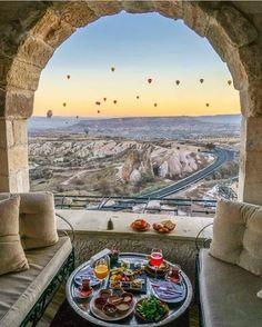 La Cappadoce est une région historique de Turquie située au centre de l'Anatolie. En 1985, l'UNESCO l'inscrit sur la liste des sites protégés du Patrimoine de l'humanité. Wikipédia