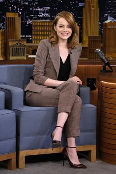Emma Stone finds Jimmy Fallon confusing during his Singing Whisper Challenge Game face! Emma Stone readied herself for a challenge on The Tonight Show With Jimmy Fallon on Thursday night Summer Business Outfits, Summer Work Outfits, Casual Work Outfits, Mode Outfits, Office Outfits, Work Attire, Classy Outfits, Work Casual, Outfit Summer