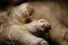 """Le gingembre est anti-inflammatoire et stimule la digestion. C'est aussi une """"plante accompagnatrice"""" et je vous explique pourquoi dans cet article."""