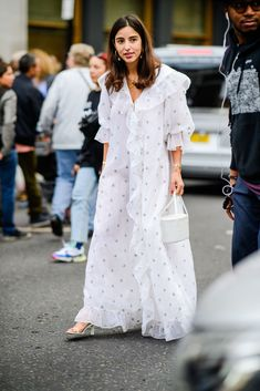 Best Street Style at London Fashion Week Spring 2019 - London Street Style Fashion London Fashion Weeks, Milan Fashion, Latest Fashion, London Stil, Little White Dresses, White Outfits, Spring Street Style, Ootd, Cute Summer Outfits