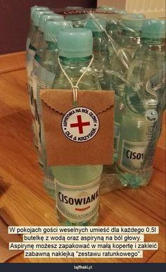 Ratunek dla gości weselnych - W pokojach gości weselnych umieść dla każdego 0,5l butelkę z wodą oraz aspiryną na ból głowy. Aspirynę możesz zapakować w małą kopertę i zakleić zabawną naklejką \