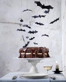 Loving these bats & Boston SCREAM Pie :-) via Martha Stewart #Halloween #party