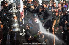 Champagne pour James Spithill et Oracle Team USA ! Victoire d'Oracle et de James Spithill !  #AmericasCup #Oracle #Victory | www.scanvoile.com