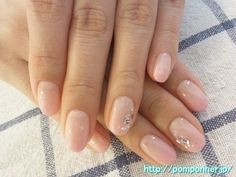 Gradation of pink nail with small stone art (from pomponner.jp)
