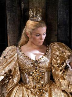 """Catherine Deneuve dans """"Peau d'âne"""". Couleur soleil"""