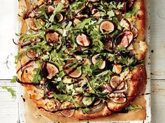 Topped with caramelized onions, sweet figs, and crumbled goat cheese, this isn't your typical thin-crust pizza. Fig Flatbread, Flatbread Pizza Recipes, Fun Cooking, Cooking Recipes, Cooking Tips, Goat Cheese Pizza, Veggie Pizza, Thin Crust Pizza, Gourmet