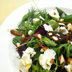 Salat mit Datteln und Ziegenkäse