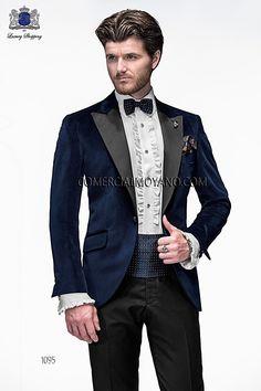 Chaqueta de moda italiano a medida azul tejido terciopelo con solapa pico vivo raso negro; coordinado con pantalón microdiseño lana negro, modelo 1095 Ottavio Nuccio Gala colección Emotion 2015.