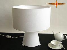Bodenlampe / Tischlampe BIANCA Weiss Leinen. Höhe 42 cm, oberer und unterer Lampenschirm Ø 40 cm.  Die Bodenleuchte BIANCA ist selbstverständlich auch als Tischleuchte zu verwenden. Es zeichnet sie ein modernes Design mit klaren Formen aus. Eine Besonderheit: Es wird der Lampenschirm und der obere Teil des Lampenfußes von innen beleuchtet.