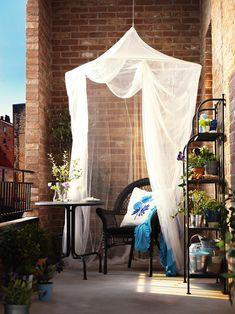 Balkon 11 Mosquito Net Ideas Improving Porch Decorating and Balcony Designs – Balkon ideen Apartment Balcony Decorating, Apartment Balconies, Porch Decorating, Apartment Living, Summer Decorating, Decorating Ideas, Decor Ideas, Cozy Apartment, Living Room
