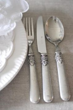 ❥ Antique cutlery with grey and white table linens gives a lovely vintage yet sophisticated touch to table settings