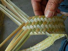 تضفير الخوص وعمل شرايط Flax Weaving, Straw Weaving, Bamboo Weaving, Weaving Art, Creative Crafts, Diy And Crafts, Basket Weaving Patterns, Corn Dolly, Fibre Textile