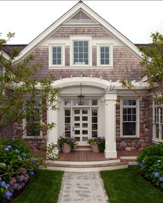 If that's the case, here are a few exterior house style that's widely used by several people around the world. One of the major elements to decorating your house with true Cape Cod design in mind is to focus on… Continue Reading → Nachhaltiges Design, House Design, Design Ideas, Design Room, Style At Home, Keitel Haus, Exterior Design, Interior And Exterior, Exterior Windows