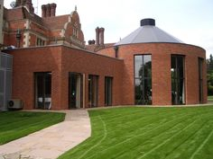 Using a subtle combination of Charnwood's Farnham Red and Hampshire Red bricks has produced a blended facade to replicate its surrounding built environment.