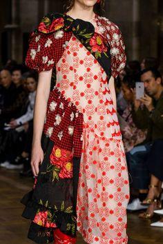 Simone Rocha at London Fashion Week Spring 2017 - Details Runway Photos London Fashion Weeks, Fashion Week Paris, Fashion Spring, Fashion Details, Diy Fashion, Runway Fashion, Fashion Show, Fashion Dresses, Fashion Brand
