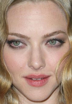 Amanda Seyfried at the 2012 premiere of 'Gone'. http://beautyeditor.ca/2015/12/17/eyeshadow-mistakes