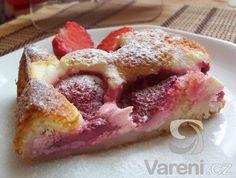 Recept na rychlý letní koláč se šťavnatými jahodami. Na odměření ingrediencí nám postačí hrnek o objemu 3 dl.