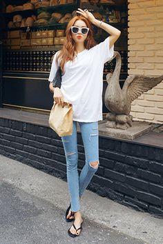 Today's Hot Pick :拉链口袋做旧牛仔裤JEAN http://fashionstylep.com/SFSELFAA0028572/stylenandacn/out 拉链口袋做旧牛仔裤JEAN 亲肤柔软面料 穿着舒服时尚弹性极佳 个性拉链口袋和时尚剪裁设计 穿上立马勾勒出完美腿部线条 上身随便搭配简约短袖就OK啦~ 仅蓝色一种颜色,喜欢的MM们赶快下手哦^^