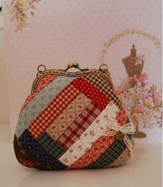 Resultado de imagem para pattern for coin purse frame Quilted Gifts, Quilted Bag, Bag Quilt, Bag Patches, Japanese Bag, Frame Purse, Diy Purse, Patchwork Bags, Fabric Bags