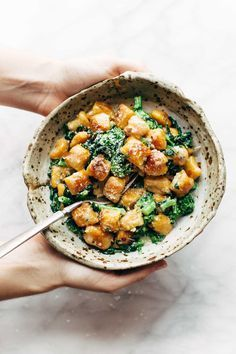 Die einfachste und beste Weg, Sweet Potato Gnocchi zu machen!  Servieren Sie ihn mit Brokkoli und Knoblauch Salbei-Butter-Sauce für eine BOMB Mahlzeit.     pinchofyum.com