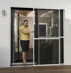 """Auch wer eine große Terrassen oder Balkontür hat, muss für hochwertigen Insektenschutz kein Vermögen ausgeben. Die Fliegengitter Schiebetür """"XXL"""" ist für besonders größe Türen geeignet und bietet dir optimalen Schutz vor Insekten & Co."""