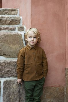 Lovely walnut coloured corduroy button-down collar shirt with coconut buttons in front, and on cuffs. The shirts shoulder part has a small pleat at the back and chest pockets. The corduroy is 100% organic cotton and can also be used as a light jacket before it gets too cold.