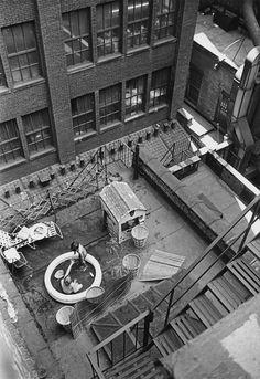 André Kertész, New York [rooftop kiddie pool], June 1965 Urban Photography, Color Photography, Life Photography, Digital Photography, Street Photography, Photography Composition, Minimalist Photography, Andre Kertesz, Budapest