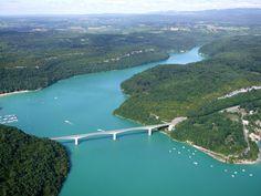 Pont de la Pyle, sur le lac de Vouglans (longueur 351 m, hauteur 75 m). Jura, Franche - Comté.
