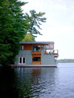 In Toronto-based studio Altius Architecture have designed the Action Island Boathouse. This project is a square feet boathouse located in Lake Muskoka, Ontario, Canada. Tiny House, Boat House, Houseboat Living, Pontoon Houseboat, Lakefront Property, Water House, Floating House, Rustic Design, House Design
