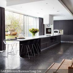 Diese Küche besticht vor allem durch ihre großzügige Küchenzeile, an der mehr als genug Platz zum Kochen ist. Bei den Mahlzeiten kann zusätzlich der …
