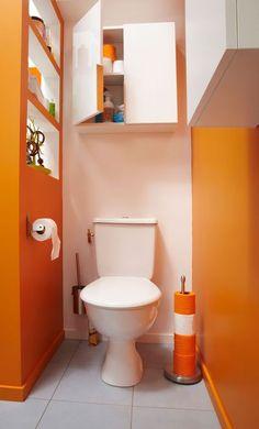 Création du mur de séparation avec des niches, réalisation avec des panneaux contreplaqués.Leroy Merlin propose une large sélection de WC à poser, comme ici, ou suspendus. De 39,90 à 459 euros.