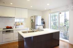 世田谷区にあるオーダーキッチンのあるデザイン住宅の作品事例です。料理好きな奥様がこだわったオーダーキッチンはとても使いやすいデザインになっています。 Kitchen, Table, Furniture, Home Decor, Cooking, Decoration Home, Room Decor, Kitchens, Tables