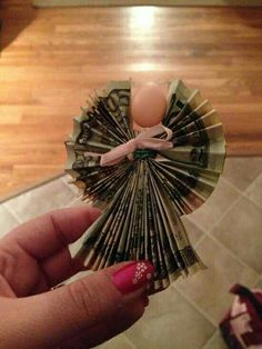 IMAGE ONLY~Angel money gift DIY. Accordion fold with twist tie, ribbon, and mini Easter egg for head. Thanks to my mother in law for this! Dollar Bill Origami, Money Origami, Dollar Bills, Creative Money Gifts, Gift Money, Money Cake, Money Lei, Craft Gifts, Diy Gifts