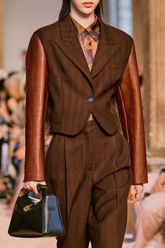 Salvatore Ferragamo Fall 2020 Ready-to-Wear Fashion Show - Vogue Salvatore Ferragamo, Vogue Paris, Fashion 2020, Fashion Show, Street Style Edgy, Street Styles, Models, Mannequins, Outfit