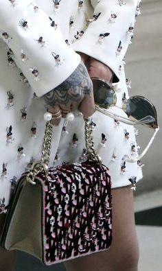Detalhe do look de Rihanna Thibault Camus / AP