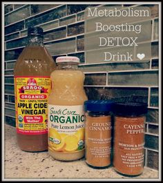 How to make detox smoothies. Do detox smoothies help lose weight? Learn which ingredients help you detox and lose weight without starving yourself. Week Detox Diet, Detox Diet Drinks, Body Detox Cleanse, Full Body Detox, Detox Diet Plan, Smoothie Detox, Detox Juices, Juice Cleanse, Health Cleanse