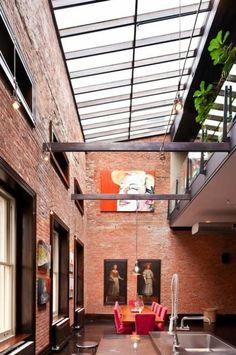 Le loft new-yorkais avec grandes fenêtres de toit