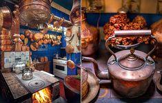 Na cozinha do banqueteiro Toninho Mariutti, o fogão à lenha é a estrela. É ali que ele prepara suas próprias festas para os amigos. Azulejos antigos, panelas e fôrmas de cobre garantem o clima de fazenda