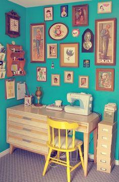 Curti o colorido e as imagens diferentes e meio vintage na parede. Ateliê?