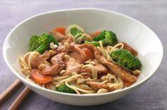 Poulet thaï aux arachides-----------------------------------------------La vinaigrette Catalina Kraft se transforme en une sauce aux accents asiatiques lorsqu'on la mélange à de la sauce soya.