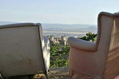 La Buhardilla de Yaya: ¿Te sientas a mi lado? Tenemos dos sillones, para poder descansar juntos mientras observamos la Alhambra y Granada.     Datos fotografía:     - ISO 100     - Apertura F8     - Exposición 1/200s     - Focal 46mm