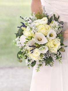 Brautstrauß in Creme und Weiß mit Rosen, Callas, Lavendel und Flieder von weddingstyle.de
