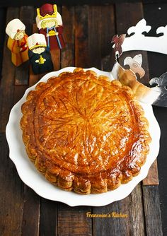 French King Cake Recipe, French Cake, Gallette Des Rois, Christmas Dinner Menu, Christmas Sweets, New Orleans King Cake, Cake Recipes, Dessert Recipes, Mardi Gras Food