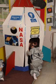 Spaceship cardboard playhouse for boys. Space Classroom, Classroom Design, Space Party, Space Theme, Cardboard Rocket, Cardboard Spaceship, Boys Playhouse, Cardboard Playhouse, Festa Hot Wheels