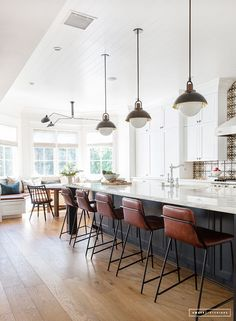 How do you update a Traditonal Kitchen into a Modern Kitchen.without a full remodel? I'm sharing 5 Tips and a real client Modern Kitchen Makeover! Design Room, Küchen Design, Home Design, Layout Design, Design Ideas, Design Trends, Home Decor Kitchen, New Kitchen, Home Kitchens