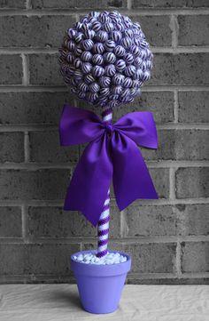 Blue ribbon, green candy in clear glass cube. Lollipop Centerpiece, Lollipop Bouquet, Lollipop Tree, Candy Bouquet Diy, Diy Bouquet, Purple Candy Bar, Green Candy, Kid Party Favors, Candy Party