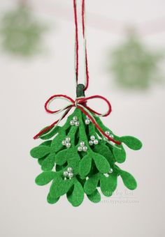 Felt Mistletoe - Super sweet and lasts forever! #mollietakeover