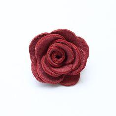 Ozdoba do klopy - tmavě růžová kožená květina // KOŽENÁ ozdoba do pánské klopy // Průměr cca 3,5 cm. // Zapínání typ odznak. // Bude dodáno v dárkové krabičce :)