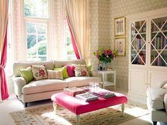 Para não deixar a sala toda branca aposte em objetos de decoração com cores fortes como o rosa. #mobly #moblybr #decor #instahome #instadecor #homedesign #decoraçãodeinteriores #homesweethome #casa #home #interiordesign #inspiração #inspiration #pink